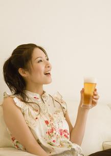 ビールを飲む女性の写真素材 [FYI03048109]