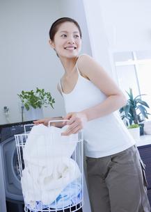 洗濯をする女性の写真素材 [FYI03048126]