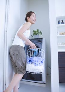 洗濯をする女性の写真素材 [FYI03048135]