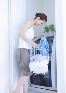 洗濯をする女性の写真素材 [FYI03048136]