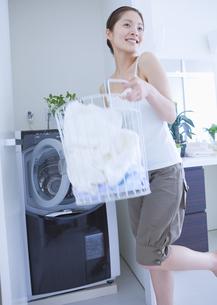 洗濯をする女性の写真素材 [FYI03048143]
