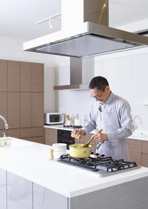 料理をするシニア男性の写真素材 [FYI03048265]