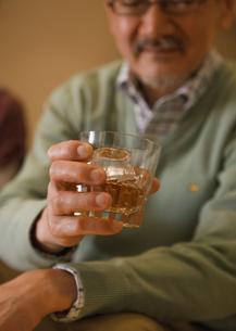 ウィスキーを持つシニア男性の写真素材 [FYI03048278]