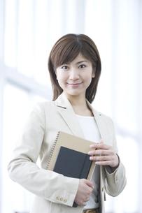 ノートを持つ女性の写真素材 [FYI03048283]