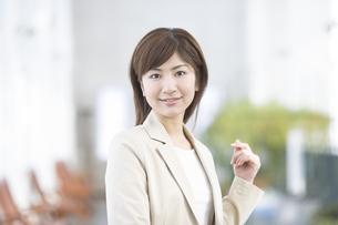 笑顔の女性の写真素材 [FYI03048292]