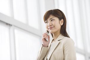 携帯電話で話す女性の写真素材 [FYI03048300]