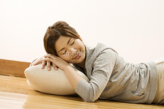 うたた寝をする女性の写真素材 [FYI03048365]