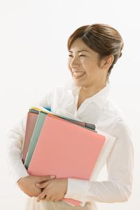 ファイルを持つ女性の写真素材 [FYI03048366]