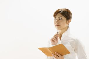 手帳を広げる女性の写真素材 [FYI03048372]