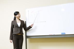 ホワイトボードの横に立つ女性の写真素材 [FYI03048380]