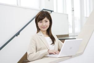 ノートパソコンを操作する女性の写真素材 [FYI03048411]