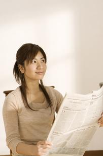 新聞を読む女性の写真素材 [FYI03048436]
