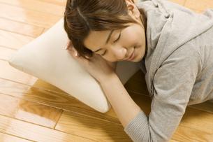 うたた寝をする女性の写真素材 [FYI03048469]