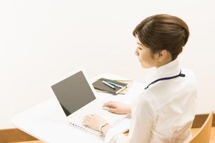 ノートパソコンを操作する女性の写真素材 [FYI03048490]