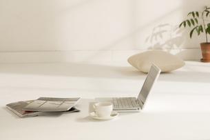 ノートパソコンと雑誌とコーヒーカップの写真素材 [FYI03048518]
