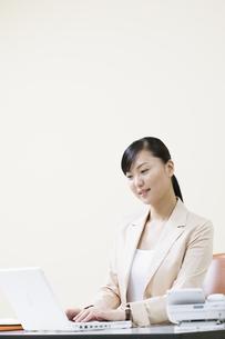 デスクワークをする女性の写真素材 [FYI03048519]
