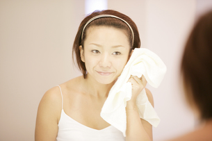 洗顔シーンの写真素材 [FYI03048780]