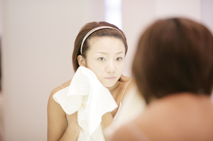洗顔シーンの写真素材 [FYI03048782]