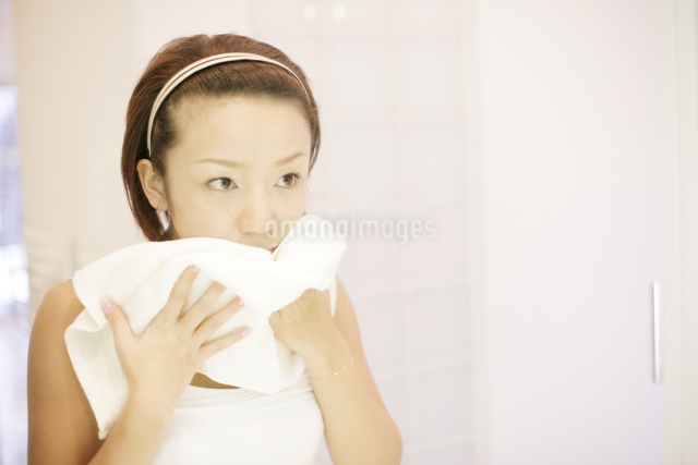洗顔シーンの写真素材 [FYI03048791]