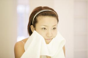 洗顔シーンの写真素材 [FYI03048796]