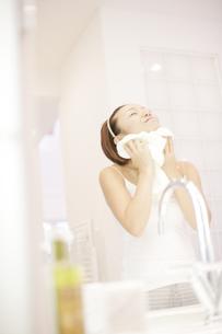 洗顔シーンの写真素材 [FYI03048801]