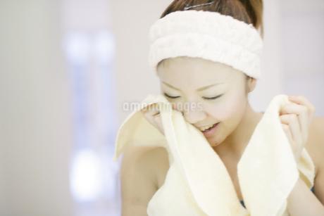 洗顔シーンの写真素材 [FYI03048802]
