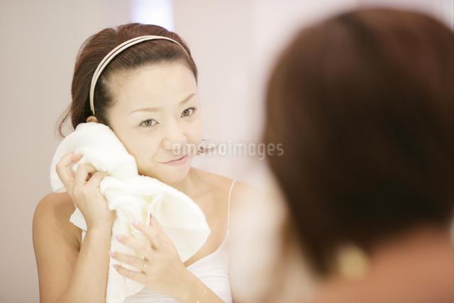 洗顔シーンの写真素材 [FYI03048808]