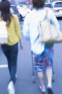 ショッピングカートを押すカップルの写真素材 [FYI03048825]