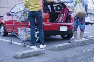 車に荷物を積むカップルの写真素材 [FYI03048851]
