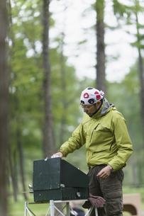 キャンプをする男性の写真素材 [FYI03048952]