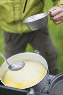 キャンプ料理の写真素材 [FYI03048967]