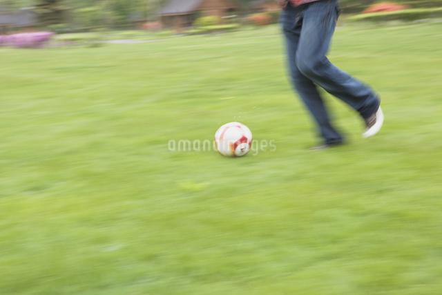 サッカーをする若者の写真素材 [FYI03049096]