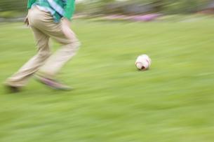 サッカーをする若者の写真素材 [FYI03049097]