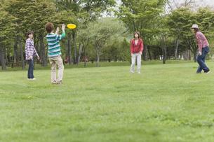フライングディスクで遊ぶ若者たちの写真素材 [FYI03049102]