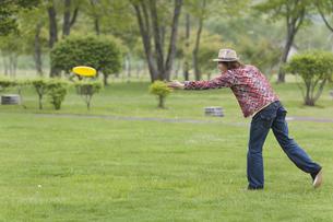 フライングディスクで遊ぶ男性の写真素材 [FYI03049114]
