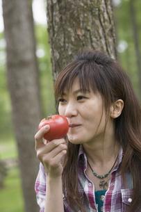 トマトを食べる女性の写真素材 [FYI03049148]