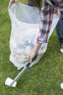 ゴミを拾うカップルの写真素材 [FYI03049165]