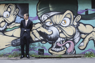 壁際に佇むビジネスマンの写真素材 [FYI03049186]
