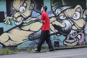 歩く男性の写真素材 [FYI03049197]