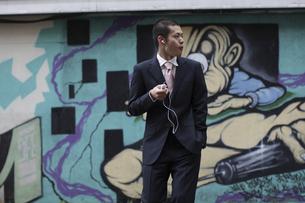 音楽を聴くビジネスマンの写真素材 [FYI03049198]