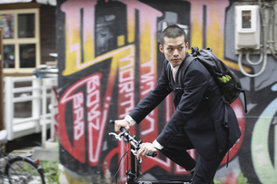 自転車に乗るビジネスマンの写真素材 [FYI03049201]