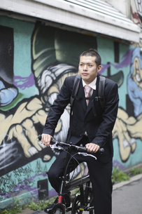 自転車に乗るビジネスマンの写真素材 [FYI03049202]