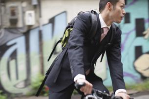 自転車に乗るビジネスマンの写真素材 [FYI03049208]