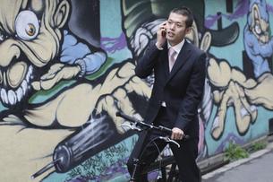携帯電話で話すビジネスマンの写真素材 [FYI03049212]