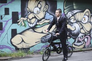 自転車に乗るビジネスマンの写真素材 [FYI03049213]