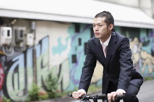 自転車に乗るビジネスマンの写真素材 [FYI03049214]