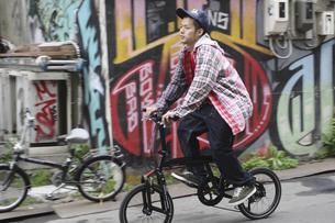 自転車に乗る男性の写真素材 [FYI03049228]