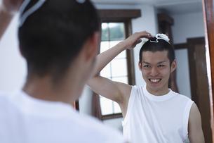 整髪をする男性の写真素材 [FYI03049285]