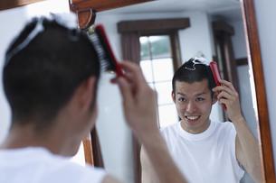 整髪をする男性の写真素材 [FYI03049286]