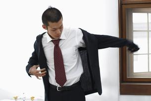 ジャケットを着る男性の写真素材 [FYI03049294]